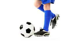 Garçon donnant un coup de pied la bille de football Photographie stock libre de droits