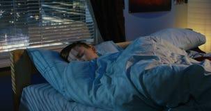 Garçon dormant dans son lit banque de vidéos