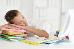 Garçon dormant sur le livre Photographie stock libre de droits