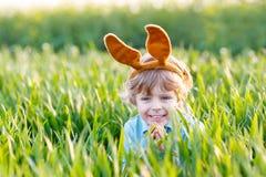 Garçon drôle d'enfant de 3 ans avec des oreilles de lapin de Pâques, célébrant Eas Photographie stock libre de droits