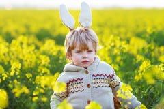 Garçon drôle de 3 ans avec des oreilles de lapin de Pâques, célébrant Pâques Photos stock