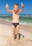 Garçon drôle sur la plage Photographie stock