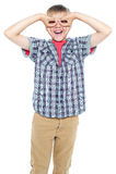 Garçon effectuant de faux lunettes avec ses mains Photo libre de droits