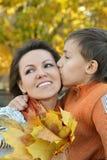 Garçon embrassant la mère Photographie stock