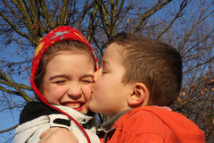 Garçon embrassant une fille Photographie stock