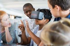 Garçon employant les lunettes virtuelles Photographie stock