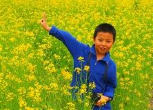 Garçon en fleurs Photos libres de droits