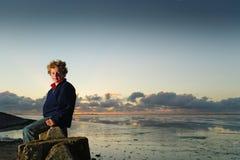 Garçon en mer photos libres de droits