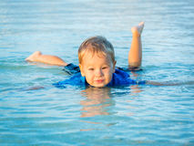 Garçon en mer Image libre de droits