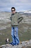 Garçon en montagnes photographie stock libre de droits