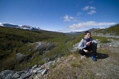 Garçon en montagnes de campagne de la Finlande images libres de droits