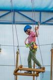 Garçon en parc de corde image libre de droits