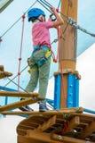 Garçon en parc de corde images stock