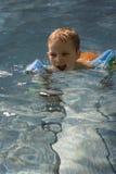 Garçon en piscine Photographie stock libre de droits