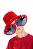 Garçon en Red Hat et glaces de coeur verticales Images stock