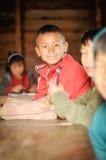 Garçon en rouge en Arunachal Pradesh Images libres de droits