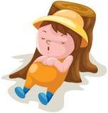 Garçon en sommeil sur le tronçon d'arbre Image libre de droits