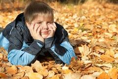 Garçon en stationnement d'automne photo libre de droits