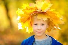 Garçon en stationnement d'automne Photographie stock