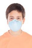 Garçon environ de douze avec le masque d'allergie Photos stock