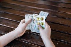 Garçon espagnol jouant des cartes Fermez-vous vers le haut des mains Photos stock
