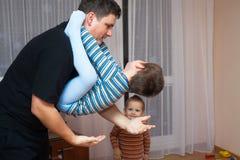 Garçon espiègle de père et d'enfant Photos stock