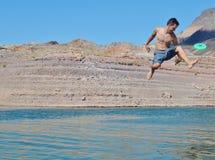 Garçon essayant d'attraper un frisbee photographie stock libre de droits
