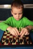 Garçon et échecs Photos libres de droits