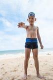 Garçon et bernard l'ermite espiègles sur la plage. Images libres de droits