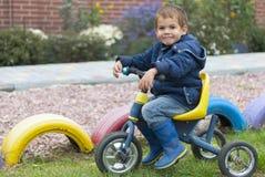 Garçon et bicyclette photo stock