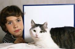 Garçon et chat mignon avec la feuille de papier vide dans le cadre Image stock