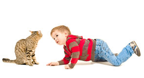 Garçon et chat regardant l'un l'autre Photographie stock