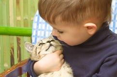 Garçon et chaton mignons Photos libres de droits