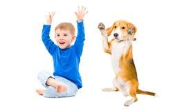 Garçon et chien gais Photo libre de droits