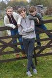 Garçon et enfants et adolescente de fille dans le jardin Photos libres de droits
