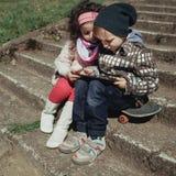Garçon et fille à l'aide du comprimé Images libres de droits