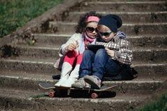 Garçon et fille à l'aide du comprimé Photographie stock