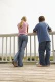Garçon et fille à la plage Photos libres de droits