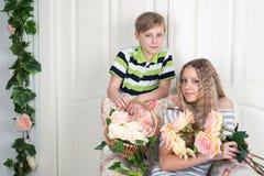 Garçon et fille avec des fleurs Photo stock
