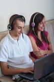 Garçon et fille avec l'ordinateur portatif Image libre de droits