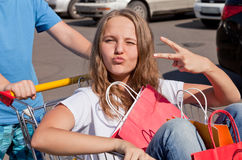 Jeunes acheteurs Photo stock