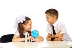 Garçon et fille avec le globe Image stock