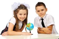 Garçon et fille avec le globe Photographie stock