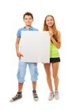 Garçon et fille avec le signe Image stock