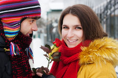Garçon et fille avec une rose en hiver Photos libres de droits