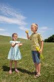 Garçon et fille ayant l'amusement avec des bulles Photo stock