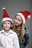 Garçon et fille dans des capuchons Photos libres de droits