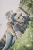 Garçon et fille dans l'herbe Images libres de droits