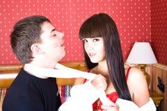 Garçon et fille dans la chambre d'hôtel Image stock