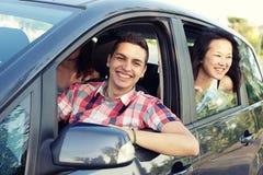 Garçon et fille dans un véhicule partant pour des vacances, Italie image libre de droits